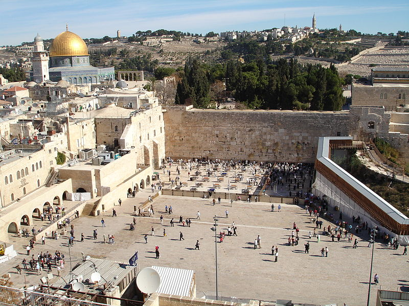 A view of the Western Wall plaza. Credit: Wikimedia Commons.