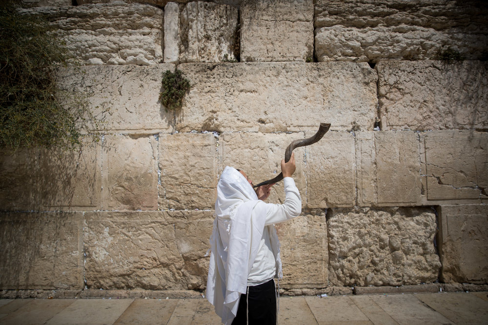 A haredi Jew blows a shofar at the Western Wall in Jerusalem's Old City, Aug. 28. Credit: Yonatan Sindel/Flash90.