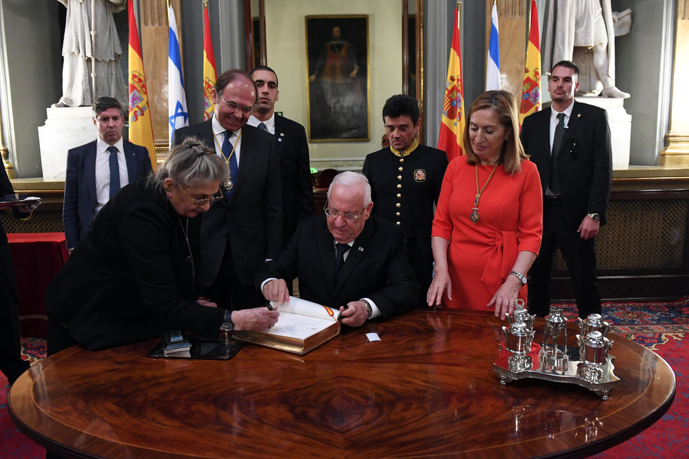Israeli President Reuven Rivlin (center) signs the official guestbook in Madrid's Royal Palace on Monday. Credit: Haim Zach/GPO.