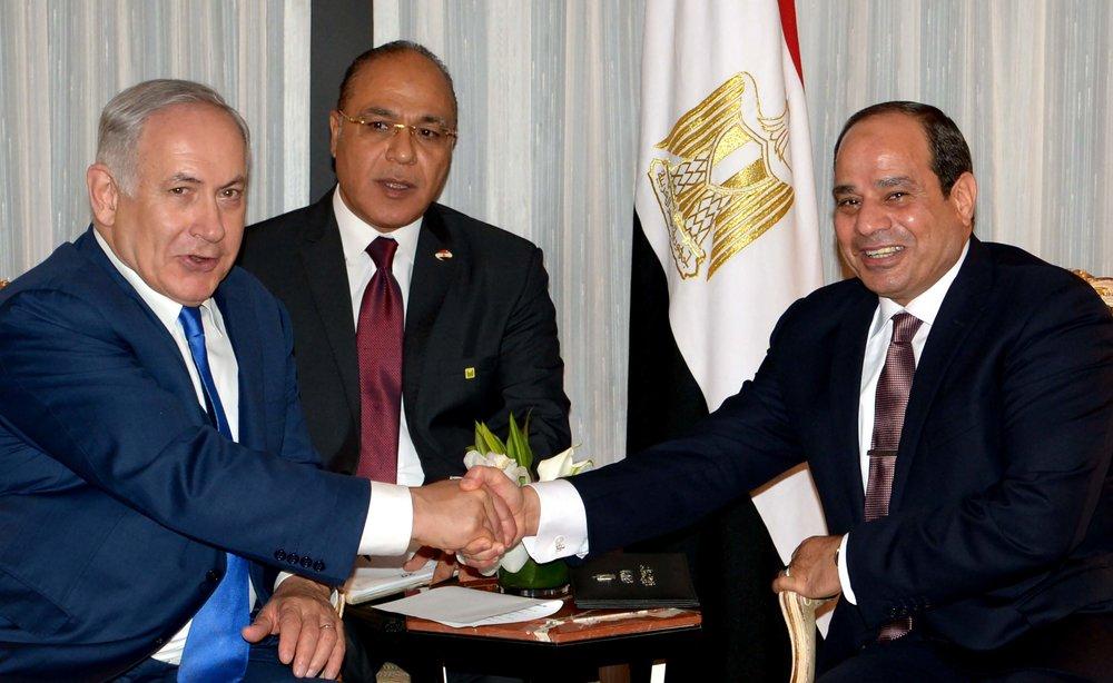 Israeli Prime Minister Benjamin Netanyahu (left) and Egyptian President Abdel Fattah El-Sisi shake hands during a meeting in New York on Sept. 18, 2017. Credit: Avi Ohayon/GPO.