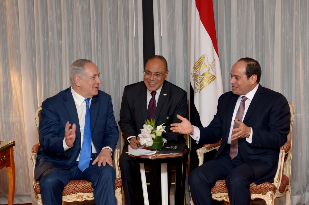 Israeli Prime Minister Benjamin Netanyahu (left) meets with Egyptian President Abdel Fattah El-Sisi (right) in New York City on Sept. 18, 2017. Credit: Avi Ohayon/GPO.