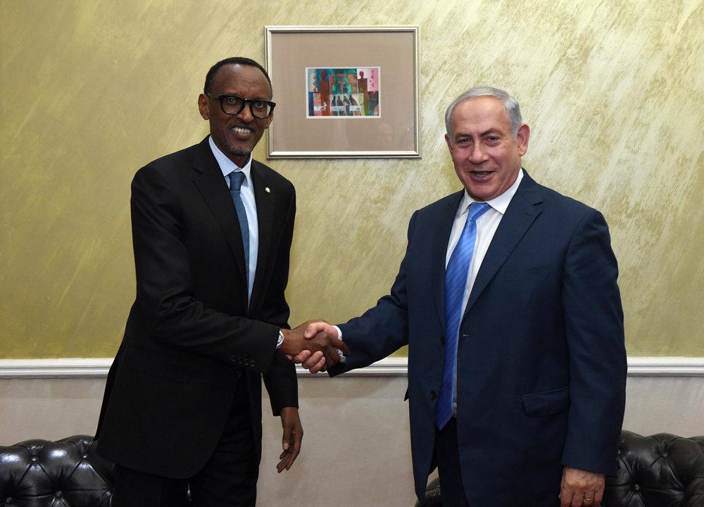 Israeli Prime Minister Benjamin Netanyahu (right) meets with Rwandan President Paul Kagame in Nairobi, Kenya, on Tuesday. Credit: Haim Zach/GPO.