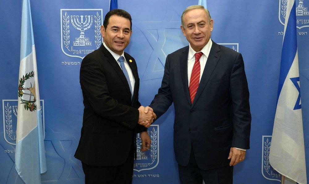 Israeli Prime Minister Benjamin Netanyahu (right) meets with Guatamalan President Jimmy Morales on Nov. 29, 2016. Credit: Haim Zach/GPO.