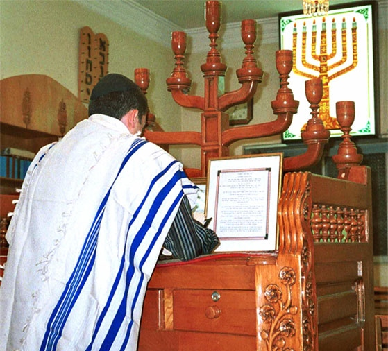 An Iranian Jew prays at a synagogue in Shiraz in December 1999. Credit: U.S. State Department.