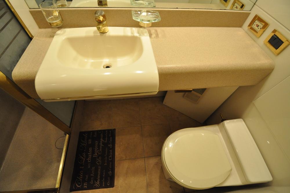 69 - VIP suite bath.JPG
