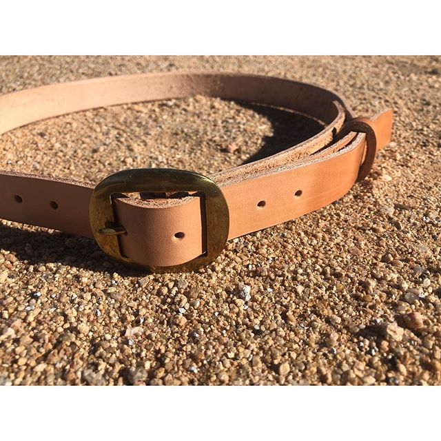 Starting out the new year by delivering this custom made veg-tan belt to the lovely neighbor @marinnawagner 🌱🍃🌾 deadstock Argentine equestrian tack and Spanish belting leather. 🍃🌱🌿