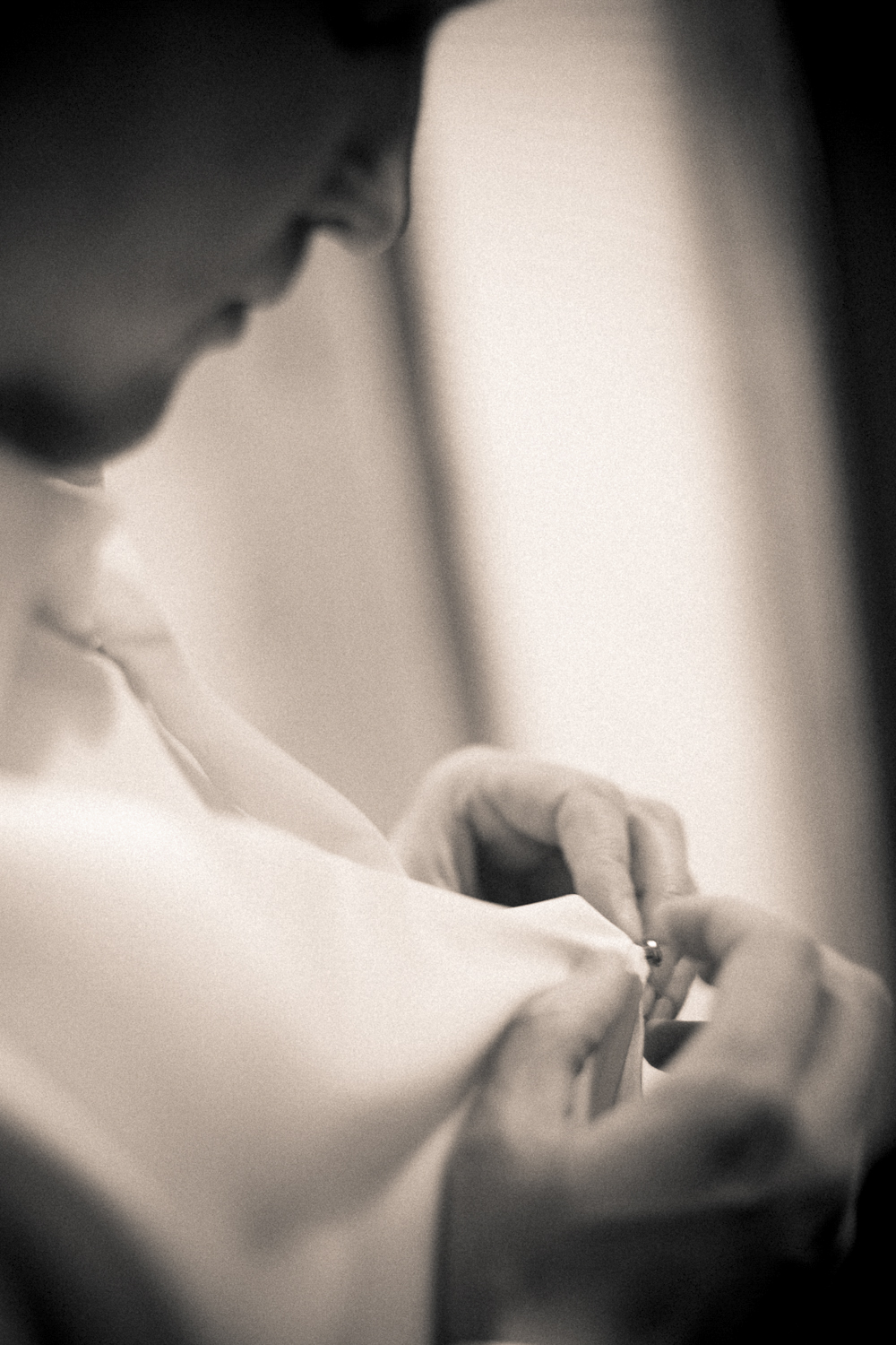 Indianapolis-Indiana-Wedding-Photographer-Crowes-Eye-Photography-Groom-Getting-ready.jpg