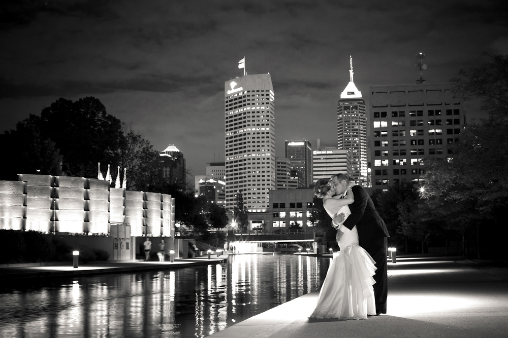Indianapolis-Indiana-Wedding-Photographer-Crowes-Eye-Photography-Canal-Walk-City-skyline-State-Museum.jpg