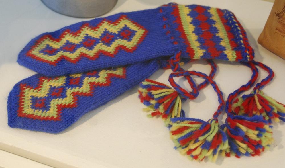 Sámi sawtooth knitted mittens