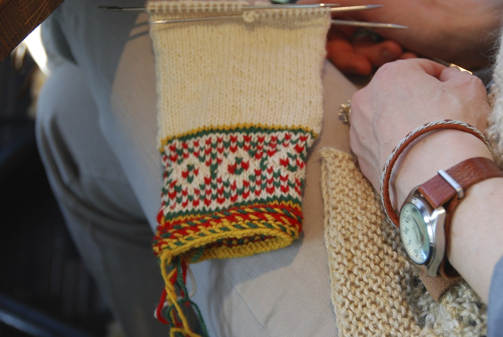 working on a Sámi mitten in the coffee house