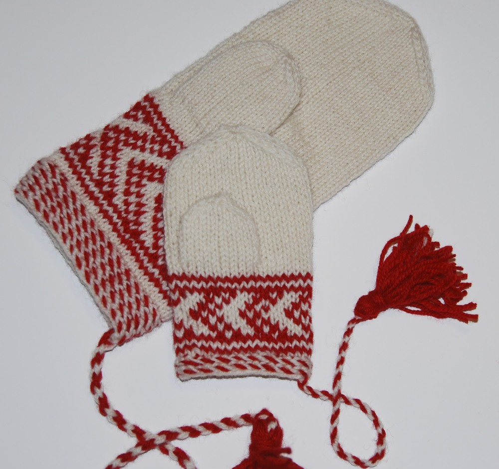 Skolt Sámi mitten, full size and miniature size. Miniature size knitted in class.