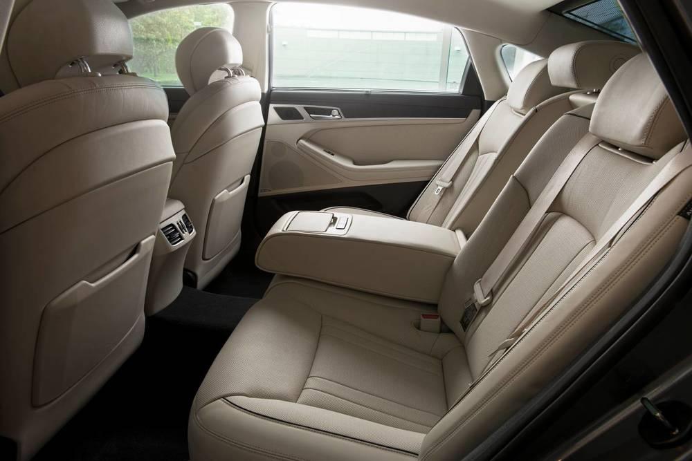 2015 Hyundai Genesis sedan 26.jpg