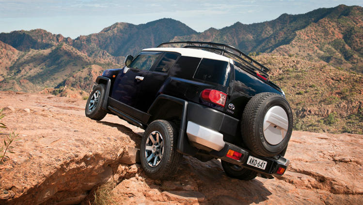 15q78-fj-cruiser-ebony-rear-rocks-749x422.jpg