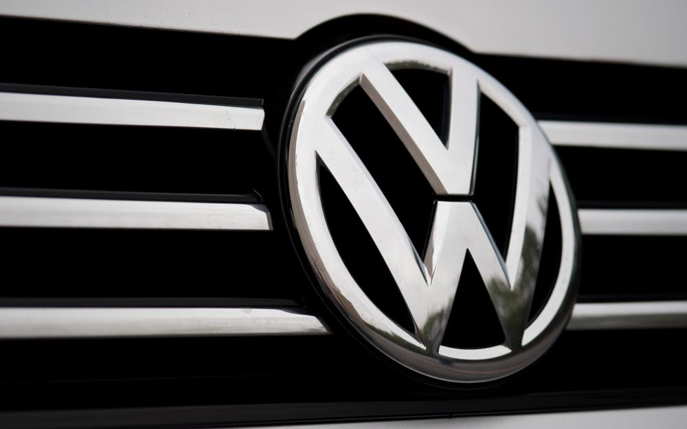 2012-volkswagen-passat-grille-badge-detailjpg.jpg