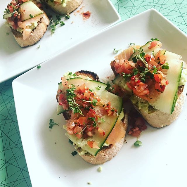 Did someone say brunch o' clock? This is #avotoast with a #scandi upgrade: topped with smoked salmon, cucumber & spicy salsa 🥑🍅🌶😋 #brunch #healthyfood #breakfast #avocadotoast #missioncleanlean #motivatechangelive