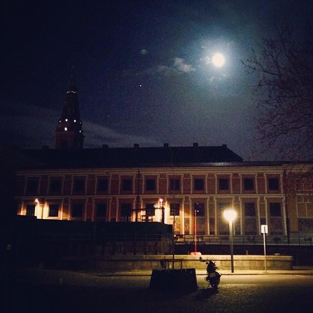 #fullmoon over #torvaldsenmuseum #copenhagen