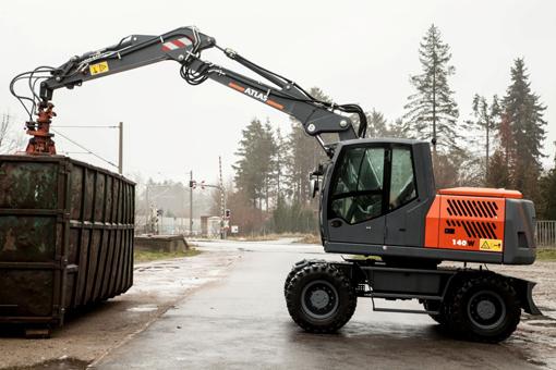 Atlas Maschinen GmbH présentera un aperçu de sa gamme de pelles sur pneus et de ses grues auxiliaires sur camion. La plupart des pelles sur pneus sont disponibles en version Tier 4 Final. Parmi celles-ci la pelle 140W dotée d'une attache rapide Atlas, d'un dispositif de graissage centralisé automatique, d'une lame de remblayage de 2,75mainsi qu'une pompe électrique de carburant. Son moteur diesel conforme aux normes en matière d'émissions Tier 4 Final développe une puissance de 80kW/108,8ch. À découvrir aussi le modèle Atlas 160W   propulsée par un moteur turbo diesel Deutz TCD 6.1 d'une puissance de 105 kW (143 ch).   Elle se voit équipée d'une nouvelle cabine plus confortable et des commandes de pilotage de la 6e génération  . En outre, la quantité et la pression d'huile pour chaque outil peuvent être sélectionnées à partir de l'écran couleur soit en litres/min soit en bars de pression. Grâce à ce système, le changement des outils est simplifié, plus précis et plus rapide. Le constructeur proposera en plus sa pelle à rayon court 180W sr destinée aux chantiers étroits. Elle est entrainée par moteur diesel Deutz de 115kW/ 157ch. Enfin, le spécialiste des pelles rail-route dévoilera sa nouvelle 1404 ZW «combi » pourvue d'un nouveau châssis qui permet de modifier rapidement l'écartement standard de 1435 mm nécessaires pour le système CARSY à l'écartement de 1000 mm utilisables avec la roue de friction. Les deux écartements peuvent être exploités avec des roues jumelées. Atlas propose quatre variantes de châssis compatibles pour cette machine: CARSY 1435 mm avec roues jumelées, roue à friction 1000 mm avec roues simples, roue à friction 1000 mm avec roues jumelées et roue à friction 1435mm avec roues simples. Les différents rayons de rotation de la tourelle restent les mêmes: 1575 mm, 1700 mm et 2000mm. La machine est équipée d'un moteur Tier 4 Final Deutz d'une puissance de 95 kW (130ch), d'AdBlue ainsi que d'un filtre à particules diesel.  Stand : FM 612      BELL : 