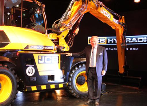 Le constructeur Britannique JCB vient de lancer un tout nouveau portes- outils innovant conçu et développé, en secret durant 3 ans, pour travailler dans des environnements urbains encombrés et sur des routes à forte circulation. Son nom : JCB Hydradig. Cet engin répond à cinq défis clés auxquels sont confrontées les entreprises de construction. À savoir : visibilité, stabilité, maniabilité, mobilité et facilité d'entretien. Pour Lord Bamford, PDG de JCB (photo)  «l' Hydradig va révolutionner le marché et je ne doute pas que les clients apprécieront rapidement ses avantages. En plus, nous avons réuni la meilleure équipe dont nous pouvions rêver au sein du groupe JCB. Cette équipe s'est penchée sur une large gamme de disciplines et a réalisé un travail colossal d'analyse des besoins des clients. Nous avons ensuite confié le projet à une équipe d'esprits novateurs. Ils ont brillamment su transposer le concept et synthétiser les idées pour aboutir à une machine vraiment fantastique, qui défie les conventions. L'essence même de l'Hydradig réside dans l'innovation. Concrètement, l'Hydradig va révolutionner le marché et je ne doute pas que les clients apprécieront rapidement ses avantages ». Pour Tim Burnhope, responsable de l'innovation et de la croissance chez le constructeur « Les clients savent ce qu'ils attendent d'une machine : qu'elle apporte des solutions qui donnent les meilleurs résultats sur site, de la manière la plus sûre et la plus productive qui soit. Nos clients nous ont fait part de leur souhait de bénéficier d'une seule et même machine offrant des fonctionnalités inédites en termes de visibilité, de stabilité, de maniabilité, de mobilité et de facilité d'entretien. Nous avons compris que la réponse consistait à innover, à dépasser le statu quo et proposer aux clients des solutions qu'ils n'auraient jamais pensé réalisables. Avec le JCB Hydradig, nous avons réussi à conjuguer ces cinq exigences clients dans le segment des 10 tonnes » conclut-il.      Hyund