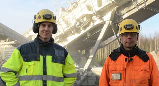 Lancé en 2014, le Lokotrack LT330D de Metso à entrainement diesel-électrique a été reçu avec enthousiasme par les entreprises finlandaises de concassage. La société Hämeen Moreeijjaloste Oy est une des nombreuses entreprises qui a déjà acheté le LT330D. Le démarrage a prouvé avec succès que le dispositif diesel-électrique a établi un nouveau record dans la production de granulés. En novembre de la même année, le LT330D de Moreeijjalostes avait déjà 250 heures de travail. Le Lokotrack pourvu d'un broyeur à cône et des cribles à trois étages est utilisé pour concasser 40.000 tonnes dans un projet pour le compte de Etelä –Suomen Kivianeskauppa à Orimmattila dans le sud-est de la Finlande.  «Bien que nous sommes juste en train de saisir les fonctions du nouveau Lokotrack , nous étions heureux de battre notre propre record en produisant des granulats. Une journée de sept heures de travail a produit 1860 tonnes de produits finis d'une granulométrie de 0 à 6mm et de 6 à 16 mm » .  explique le directeur du site Jarkko Niemimen (à droite sur la photo). Pour Lauri Mertsalmi le directeur général:  «la mise en service de cet appareil a produit plus que nous l'avions espéré sans aucune interruption. Dans la fabrication de gravier fin nous avons découvert que l'utilisation du LT330D produisait plus de gravier et moins de fine pour le même volume de matériaux » .     France :  Bell Equipment