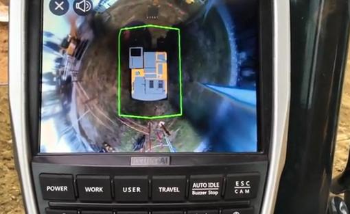 Les pelles hydrauliques de la nouvelle gamme peuvent recevoir en option un système innovant de surveillance«panoramique » avancé par caméras (Advanced Around View Monotoring) qui garantit un niveau de sécurité optimal aux opérateurs et au personnel présent sur le chantier. Grâce à cette technologie l'opérateur peut sécuriser le champ de vision dans toutes les directions autour de la machine ( voir photo) Ce système exclusif mis au point par Hyundai est le plus sûre actuellement disponible sur le marché. Ce système est constitué par 4 caméras fonctionnant de concert avec le contrôleur et procurant une image sur 360° de la zone de travail située autour de la machine. En plus, il sécurise le champ de vision dans toutes les directions grâce à dix options de visualisation, dont une vue plongeante en 3D et une vue 2D/4CH utilisant la technologie de l'écran tactile.  Le nouveau système de caméras Hyundai comprend également la fonction IMOD (Intelligent Moving Object Detection), qui informe l'opérateur lorsque des personnes ou des objets dangereux sont détectés dans un rayon de 5 m ou 16,5 pieds autour de la machine, ce qui lui permet de contrôler de façon très précise la machine et ses environs. En plus de la vue plongeante, l'opérateur a la possibilité de sélectionner plusieurs vues virtuelles correspondant à différentes positions de caméra. L'IMOD indique tous les mouvements détectés autour de la machine. Les mouvements s'affichent sur l'écran au moyen d'un rectangle entourant l'objet ou la personne, en indiquant au moyen de flèches le côté où le mouvement a été détecté. L'obstruction est non seulement visualisée par l'opérateur mais également notifiée à celui-ci au moyen d'une alarme. Ce nouveau système convient parfaitement aux chantiers très fréquentés, aux espaces de travail restreints, aux travaux routiers durant lesquels le personnel travaille à proximité de la machine, aux centres-villes et aux chantiers nécessitant des règles de sécurité très strictes.     KOMATS