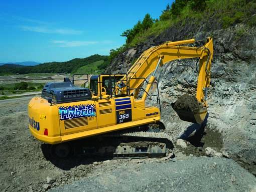 Le constructeur japonais a présenté une nouvelle pelle hybride HB365LC de 36 tonnes. Comparée à laPC360LC-11, cette nouvelle excavatrice hybride économise 20% de carburant. Komatsu a été le premier constructeur de machines de construction dans l'histoire à commercialiser la première machine hybride. C'était en 2008. Aujourd'hui, plus de 3.500 machines de ce type sont au travail dans le monde. La nouvelle HB365LC-3est propulsée par un moteur EU Stage IV d'une puissance 202kW/275 ch comme la PC360LC-11 avec 53kW en plus de puissance électrique fournie par le système Hybride de Komatsu. Komatsu a développé son système hybride révolutionnaire pour qu'il fonctionne grâce au système de régénération de l'énergie de rotation de la tourelle et de stockage de l'énergie à l'aide du supercondensateur Komatsu Ultra Capacitor. Le supercondensateur Komatsu assure le stockage rapide de l'énergie et la transmission instantanée de la puissance. L'énergie cinétique engendrée par le freinage de la tourelle est transformée en électricité, qui passe dans un onduleur avant d'être emmagasinée par le supercondensateur. L'énergie captée est ensuite recyclée selon les commandes du régulateur hybride, pour aider le moteur lorsque la charge de travail nécessite un apport d'énergie. La puissance de réserve stockée par la technologie hybride représente des chevaux supplémentaires qui sont disponibles pour maximiser les performances de la machine supportée soit par le moteur, soit issue de la force de rotation de la tourelle. Les composants hybrides développés et fabriqués par Komatsu sont couverts par garantie spéciale sur 5 ans ou 10.000 heures. Cette pelle est dotée d'un nouveau moteur EU Stage IV intégrant les technologies   SCR (Selective Catalytic Reduction) qui réduit encore d'avantage les émissions NOx grâce à l'additif AdBlue  . Épinglons également sa nouvelle cabine ROPS/FOPS renforcée, montée sur des suspensions visqueuses apportant ainsi une réduction des vibrations et du niveau sonore