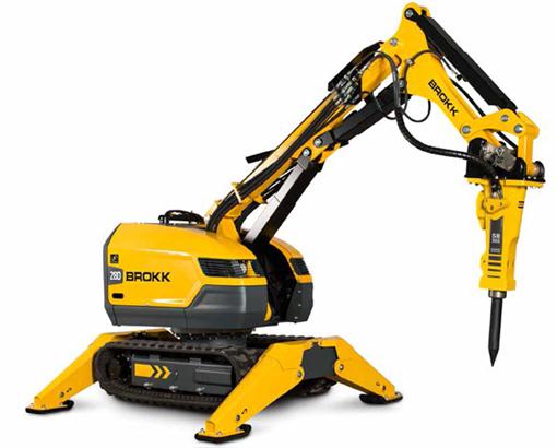 Le leader mondial des robots de démolition le suédois Brokk vient d'introduire son nouveau modèle 280. Cet engin de petites dimensions est taillé pour répondre aux demandes croissantes du secteur de la démolition. Avec une puissance de frappe de 20% supérieure par rapport à son prédécesseur, avec en plus un nouveau Brokk SmartPower (système intelligent électrique) qui optimise les performances et une conception plus robuste, ce porte-outils est destiné en particulier pour travailler sur des sites exigus et étroits dans le secteur de la démolition comme dans     le bâtiment, les travaux souterrains, les mines, les cimenteries, la sidérurgie, les tunnels, etc.   Le Brokk 280 se voit doter d'un moteur ABB développant 22kW pour effectuer des travaux sans nuisances sonores et sans émanations de NOx. En plus, cet appareil peut recevoir une myriade d'accessoires divers : brise roche, broyeur, grappins multi fonctions, de tri, pince, mât de forage, bennes preneuses, etc. Le Brokk est commandé à distance par câble ou radio.   Quelques caractéristiques principales   : Poids : 3,15 tonnes. Longueur :1,2m. Hauteur :1,53m. Portée horizontale avec brise roche : 5,8m. Portée verticale avec brise roche : 6,2m. Vitesse de déplacement : 2,7 km/h, Pente maxi :30°. En 40 ans le constructeur suédois aura fourni pas moins de 7000 appareils de démolition de par le monde.   Quant à Brokk Belgique il dispose d'un SAV en atelier et itinérant ainsi qu'un stock de pièces de rechange.   © Bull BTP. Photo:© Brokk