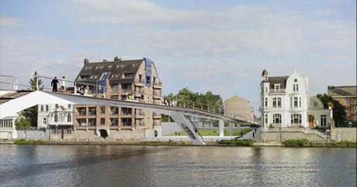 Après Liège, Namur aura aussi sa passerelle cyclo-piétonne qui permettra   de relier les entités urbaines de Namur-ville et Jambes en franchissant la Meuse avec un niveau de confort et de sécurité supérieur à celui du pont des Ardennes ou du pont de Jambes. Les travaux de cet ouvrage d'art, situé à la hauteur du Grognon, devraient débuter en janvier 2017et se terminer avant l'été 2018 soit une durée de 450 jours. Ces travaux consisteront en :   la démolition des 6 maisons situées rue Mazy et du quai de Meuse, côté Jambes ; le déplacement des impétrants sur les deux rives pour permettre la construction des culées (butées destinées à contenir, de part et d'autre, la poussée de l'arc de la passerelle);la construction de la passerelle : infrastructures, fondations, construction de la charpente métallique, montage de la structure métallique et équipements.   Le montant total des travaux s'élève à un peu plus de 5,5 millions €, dont 1,54 million € pris en charge par l'Europe   au travers du cofinancement FEDER .  Le solde est intégralement financé par la Wallonie dans le cadre de la politique menée par le ministre PREVOT en matière d'infrastructures dédiées aux voies navigables.   C'est le bureau Greisch qui, mandaté par la Ville de Namur et après avoir conçu la «Belle liégeoise » sur la Meuse liégeoise, propose ici un autre bel ouvrage sur la Meuse namuroise. Le modèle de la passerelle retenu est dit «à béquilles », elle ne sera donc soutenue par aucun pilier implanté dans la Meuse. Elle se caractérisera par une très fine épaisseur en son milieu (30 cm) pour une centaine de mètres de long et 6 mètres de largeur.     Les escaliers qui relieront la passerelle au halage entraîneront un rétrécissement à 4 mètres aux extrémités. L'ensemble de la structure portante de la passerelle sera réalisé en acier peint dans une teinte claire et résistant aux graffiti. Le revêtement sera, lui, réalisé en bois résistant à l'humidité. Accessible aux modes doux, mais également aux personnes