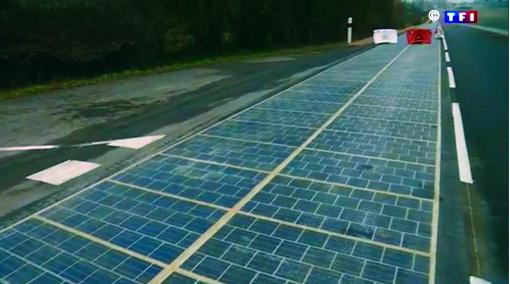 Jeudi 22 décembre une route d'un km recouverte de panneaux solaires a été inaugurée par Ségolène Royal ministre de l'Environnement. Cette route mise au point par Wattway –Groupe Colas- a été lancée le 24 octobre dernier.   Au total, 2   800 m2 de dalles photovoltaïques imaginées par Wattway. Chaque dalle comprend des cellules carrées de 15 cm de côté constituant une très fine feuille de silicium polycristallin, qui transforme l'énergie solaire en électricité. Elle est traitée pour fournir une adhérence équivalente à celle des enrobées routiers traditionnels. Un abribus, avec panneau solaire, conçu et construit par la société SNA, ainsi qu'une borne de recharge électrique rapide complètent les installations de la première route solaire Cette première route solaire au niveau mondial permet d'imaginer, dans un futur proche, une nouvelle fonctionnalité du réseau routier français au service de la transition énergétique pour la croissance verte. Ce programme doit permettre d'évaluer à grande échelle le comportement de la route solaire sous un trafic moyen d'automobiles et de poids lourds (les panneaux ont été recouverts d'une épaisse couche de résine censée leur permettre de résister au passage de motos , voitures et camions). La production électrique de la première route solaire, raccordée au réseau est estimée à 280 000 kWh par an (soit 800 kWh en moyenne par jour), ce qui correspond à une estimation moyenne de l'éclairage public d'une ville de 5 000 habitants.  Source : Ministère de l'Environnement , de l'Energie et de la Mer.     © Bull BTP