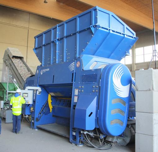 Ce distributeur de Powerscreen vient de compléter son offre avec les broyeurs Polaris du constructeur autrichien Lindner. Ces appareils monorotors ont été développés   spécifiquement pour le traitement en une seule étape des déchets domestiques non traités ainsi que des déchets industriels. Il s'agit des modèles Polaris 2200 et 2800 destinés au CSR – valorisation énergétique des déchets-. Le modèle 2200 présente une ouverture d'alimentation de 4090 × 3000 mm et une longueur de rotor de 2115 mm. Sa capacité peut atteindre 22 t/h tandis que le Polaris 2800, avec une ouverture d'alimentation de 4779 × 2370 mm et une longueur de rotor de 2805 mm, atteint un volume de 32 t / h.     Les deux appareils peuvent sortir des granulométries 0/50 à 0/120 mm selon le maillage de leurs grilles de criblage. Les Polaris sont équipés par des moteurs développant respectivement 200kW et 134 kW.     © Bull BTP
