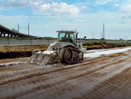 Le constructeur italien d'équipements pour la stabilisation de sols sera présent à Conexpo avec son modèle polyvalent MTM225, un modèle qui fera sa première apparition en Amérique du Nord. Il est destiné pour la stabilisation des sols , au broyage des pierres et de l'asphalte. Cet équipement adaptable sur tracteurs agricoles peut malaxer jusqu'à 26 à 40 cm de profondeur grâce au système innovant de rotor mobile contrôlé par des vérins ( largeur de travail respective 2,30 mà 2,60m). Selon le travail à réaliser il accepte deux types de rotor soit R pour asphalte et roches soit F pour de la terre. En plus, il se voit pourvu en option d'un système d'aspersion afin de réduire les émissions de poussière et de refroidir les dents. Le constructeur introduira également une gamme d'équipements divers pour le défrichage et la gestion de la végétation ainsi que des broyeurs forestiers montés sur skid steer et d'autres accessoires entrainés par la prise de force d'un tracteur agricole.     © Bull BTP