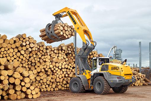 S'appuyant sur les chargeuses sur pneus à grand gabarit XPower® éprouvées, Liebherr a développé la LogHandler L     580 XPower®, conçue pour répondre aux exigences spécifiques de l'industrie du bois. Cette nouvelle machine de la génération XPower® séduit par ses nombreuses nouveautés et les améliorations apportées en termes de robustesse. Grâce à son bras de levage spécial spécifiquement renforcé, dont la portée maximale est de près de quatre mètres, la LogHandler L 580 XPower® est adaptée aux zones de travail de grande envergure. Les grappins à bois optimisés, dont la taille peut varier selon l'application, augmentent la productivité. La manipulation des matériaux est extrêmement précise grâce au système « Smooth Speed Reduction » (système SSR) innovant. À l'instar de toutes les dernières chargeuses sur pneus à grand gabarit Liebherr, la pièce maîtresse de la LogHandler L 580 XPower® est sa transmission XPower® à partage de puissance. Celle-ci offre robustesse, puissance maximale, vitesses élevées et consommation de carburant réduite au maximum. À l'instar de toutes les dernières chargeuses sur pneus à grand gabarit Liebherr, la pièce maîtresse de la LogHandler L 580 XPower® est sa transmission XPower® à puissance partagée, conforme à la norme d'émission de gaz IV / Tier 4f. Celle-ci associe les avantages de deux mondes : la transmission hydrostatique, qui représente le type de transmission le plus efficace dans le cas de processus de chargement courts, et la transmission mécanique, qui est la plus puissante et la plus économe sur les longues distances et lors des montées. Le post-traitement des gaz d'échappement s'effectue par la technologie SCR fiable de Liebherr. Le bras de levage spécial de la LogHandler L 580 XPower® a une portée maximale de près de quatre mètres. Pour une manipulation particulièrement précise des matériaux, Liebherr a développé le système « Smooth Speed Reduction » (système SSR). Cette commande intelligente permet une utilisation sûre et offr