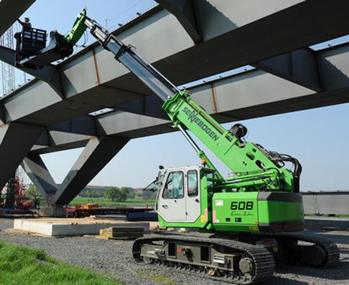 Depuis le 1 avril,   les droits de distribution des produits de Sennebogen Crane Line pour le Benelux sont désormais commercialisés par Van Haut en Belgique et par Van den Heuvel aux Pays-Bas. Il s'agit des   grues à flèche treillis et grues télescopiques sur chenilles. Quant à Kuiken il reste le distributeur exclusif des produits Green Line de Sennebogen aux Benelux (pelles de manutention industrielles et de recyclage). Cette gamme de machines constitue pour Kuiken depuis des décennies une excellente combinaison stratégique avec les engins de Volvo Construction Equipment dont il est également le distributeur exclusif pour le Benelux.  «Nous sommes heureux de retrouver les produits Crane Line de Sennebogen après presque une décennie. La gamme de produits Crane Line complète en outre parfaitement l'offre de services totale de Van Haut en Belgique »  explique Dries Van Haut, PDG de l'entreprise éponyme.  © Bull BTP
