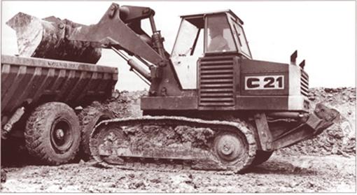 Ce chargeur à transmission hydraulique intégrale a été présenté pour la première fois en 1972 lors du salon Expomat au Bourget. Il était fabriqué par C.M.C (Constructions Mécaniques de Carvin), une société créée en 1969 avec la participation principale de Poclain. Le chargeur C21 d'un poids de 14 t (avec ripper 15,6 t) était propulsé par un moteur Deutz développant 152CV. Son train de chenilles était équipé de deux moteurs hydrauliques, un par chenille, alimenté par deux pompes à débit variable. Sa vitesse était de 11 km/h en marche AV et AR. Côté performances, notons sa force de cavage de 16.000 kg, sa charge de basculement en ligne de 9.000 kg, sa hauteur de déversement de 2,13 m et sa portée de 1,25 m. Le C21 sera commercialisé en Belgique à partir de 1972. En 1975, la production sera arrêtée.     JCB 110, 112, 114