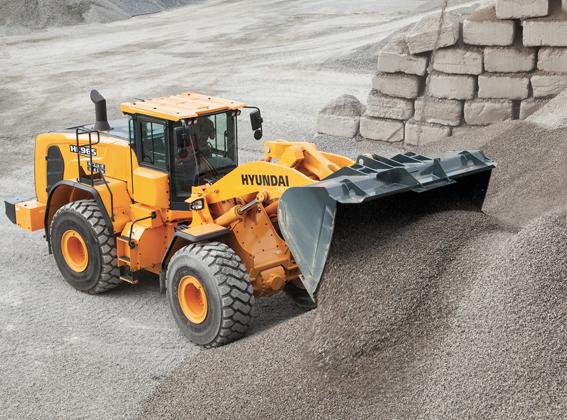 Dernièrement Hyundai Construction Equipment vient d'ajouter à sa gamme de chargeuses sur pneus un nouveau modèle HL 965. Cette chargeuse de 21,1 tonnes a été conçue avec des composants et des systèmes hors pair qui ont fait de Hyundai une marque robuste et fiable avec des coûts d'exploitations réduits et une productivité améliorée. Elle est propulsée par un moteur diesel Cummins phase IV de la dernière génération délivrant une puissance de 200kW/272ch. En outre, sa capacité de charge a été augmentée – 44.000kg sur l'essieu AV et 35.000kg sur l'essieu AR. Cette machine dispose de série de manettes de commande électrohydraulique pour le godet, le bras ainsi qu'une 3ième conduite hydraulique ou en option d'une commande sensitive et un levier de commande électrohydraulique intégré qui permet à l'opérateur de manipuler aisément les équipements, ce qui aide à augmenter la productivité et à réduire la fatigue. Relevons encore , une cabine extra conviviale, un écran tactile de 17'', une fonction mains libres Bluetooth intégrée, un WIFI pour le smartphone de l'opérateur ainsi qu'un système de pesage embarqué d'une précision de +/-1 % près. Cette machine reçoit une nouvelle conception du godet qui améliore nettement son remplissage ; ouverture plus large, plaques latérales incurvées, dispositif de protection contre le déversement et un minimum de perte lors de déplacements. Bref un système anti tangage bien utile en cas de Load Carry. Côté entretien épinglons son capot moteur électrique basculant pour un accès aisé et complet aux différents composants (hydrauliques, thermique, filtres à air etc)  .© Bull BTP