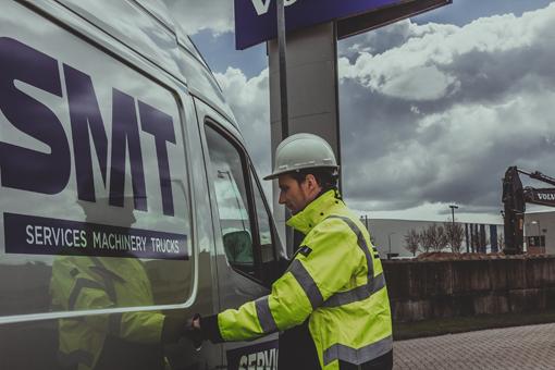 Comme beaucoup d'autres constructeurs d'engins, Volvo offre un système de suivi à distance Care Track qui permet d'accéder à toute une série d'informations de la machine ; rapports de flottes, analyses, recommandations, mais également des systèmes intelligents qui permettent de réduire les coûts d'exploitation son objectif numéro 1. Comme on l'aura compris SMT Belux vise en premier le service, un service en augmentation continuelle en terme de disponibilité de pièces -95%-, en rotation de pièces avec pas moins de 17.000 ordres de livraisons l'année passée, mais encore avec une nouvelle flotte de 40 camionnettes ateliers. En 2016, SMT a effectué 8.600 entretiens, a fourni 64.000 heures de travail et last but not least a parcouru 1.200.000 km ! SMT emploie 130 personnes pour un CA de 80 millions €.     Hitachi fournit deux nouvelles pelles Zaxis à une entreprise allemande