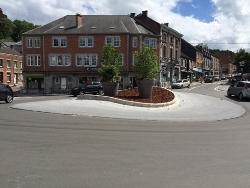 Fin 2015, il a été décidé de modifier le carrefour à 5 branches   entre la rue de France (N86), l'avenue de Forest, place Roi Albert 1er (N949), la route de Marche (N86) et la rue Jacquet (N803), fréquemment saturé aux heures de pointe et considéré comme étant un point noir au niveau de la mobilité et de la sécurité tant des usagers que des riverains. La réalisation d'un rond-point à cet endroit constituait la meilleure solution afin de sécuriser le carrefour et de fluidifier le trafic.  Le 9 juin dernier Maxime Prévot , le ministre des TP   a inauguré ce nouveau rond-point. Ce nouveau giratoire permettra d'améliorer la fluidité et la sécurité des usagers ainsi que celles des riverains.   Réalisés en deux phases, les travaux ont débuté en mars 2016 et ont dû être interrompus lors des fortes intempéries du mois de décembre 2016. Après 15 mois de travaux, tous les aménagements liés à cet ouvrage sont achevés. Le montant total des travaux s'élève à 654.000 €, dont 591.000 € pris en charge par la Wallonie dans le cadre des politiques menées par Maxime Prévot en matière d'Infrastructures. Le solde est pris en charge par la Ville de Rochefort.     500 millions € pour le réseau fluvial wallon