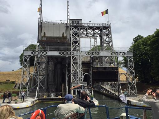 A l'occasion du centenaire du Canal du Centre historique, le ministre wallon des Travaux publics, des Voies hydrauliques et du Patrimoine, a fait le point sur la politique en matière de voies navigables en Wallonie. Au total, c'est un budget inédit de plus de 500 millions € qui sera dégagé pour le réseau fluvial wallon sur cette législature ! De plus, le ministre a annoncé que les travaux, prévus au «Plan Infrastructures 2016-2019 », sur les quatre ascenseurs à bateaux débuteront en novembre prochain ! Construits entre 1888 et 1917 sur un court segment de l'historique Canal du Centre et remarquablement bien préservés, les quatre ascenseurs à bateaux constituent un magnifique exemple du paysage industriel de la fin du 19ème siècle. Ils sont les seuls au monde à encore subsister dans leur état originel de fonctionnement. Afin d'en garantir le développement touristique et d'améliorer l'aménagement du site, des travaux sont à présent bien nécessaires et commenceront en novembre prochain. Le montant global des travaux du Canal du Centre historique est estimé à 14.500.000 € à charge de la Wallonie, dont 9.000.000 € pour la seule restauration de la charpente des ascenseurs. Pour Maxime Prévot ces travaux permettront de pérenniser ces ouvrages uniques et classés ,  tant au patrimoine exceptionnel de Wallonie qu'au Patrimoine mondial de l'UNESCO, dans le but de notamment   favoriser le développement touristique et d'accroître le nombre de passage de bateaux de transport de plaisanciers de 500 à 2.000 trajets par an, soit de passer de 25.000 à 200.000 visiteurs par an !     30 millions € pour la mise à 3 bandes de l'E42 entre Andenne et Daussoulx