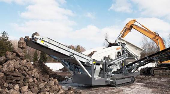 BIA présentera sur son stand A11 le scalpteur mobile Metso ST2.4  .  Ce groupe de scalpage Lokotrack compact (3m de large, 14,2m de long, 3,4 m de haut et son train de chenilles de 4m de large) fournit le coût le plus faible par tonne produite, grâce à de plus grandes économies de carburant, une capacité élevée et des coûts d'exploitation réduits. Son poids varie de 23,5t à 26,5t, selon l'équipement : soit avec un alimentateur à bande soit avec un alimentateur à tablier métallique (ATM). Sa production peut atteindre 400t/h. Outre l'ATM, le ST2.4 présente des options comme la télécommande pour les chenilles, un séparateur magnétique sur tapis des refus supérieurs, un mât d'éclairage et des supports et grilles métalliques pour le crible. La trémie de 4,5 m3 de capacité s'ouvre sur un crible à 2 étages 5,5m2 de surface de criblage pour l'étage supérieur. La vitesse variable du convoyeur d'alimentation (1.200 mm de large) est à réglage manuel. Les convoyeurs des fines, des intermédiaires et des supérieurs ont des hauteurs de déchargement respectives de 3.850 mm, 3.660 mm et 3.300 mm. Le scalpeur Metso ST2.4 est doté d'un moteur Tier 3 développant 74,9 kW (101,9CV) ,d'un circuit hydraulique optimisé ainsi que des pièces et des composants de haute qualité. Le lancement de ce nouveau modèle s'est fait en Belgique. Les ingénieurs de BIA ont contribué largement au développement du ST2.4 de Metso, avec succès puisque l'on peut dire, aujourd'hui, que ce crible est adapté aux produits les plus durs à cribler. En Metso encore, les visiteurs pourront voir un pré-broyeur à déchets M&J 1000 . © Bull BTP