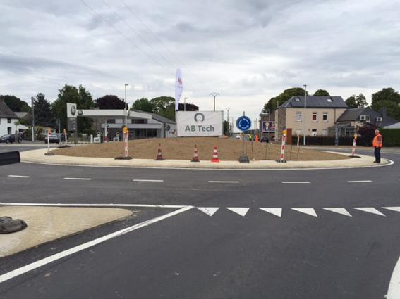 Afin d'améliorer la fluidité et la sécurité des usagers, un nouveau rond-point a été inauguré par le ministre des TP, Maxime Prevot.   Le carrefour du centre de Bierwart, formé par l'intersection de deux axes routiers régionaux, la route   d'Andenne   N643 et la route   d'Hannut   N80,   est emprunté chaque jour par des milliers d'automobilistes. Surnommé   le «carrefour de la mort », il s'agissait d'un point noir en matière de sécurité routière dans la région depuis les années 70. Ce carrefour a fait l'objet de plusieurs aménagements de sécurisation, dont la mise en place de feux tricolores avec un système d'approche. En 2015, une nouvelle étude a été menée afin de sécuriser encore davantage ce carrefour réputé dangereux. Il s'est avéré que la réalisation d'  un rond-point et l'aménagement d'un itinéraire pour piétons   constituait la meilleure solution   en termes de sécurité routière   et pour fluidifier le trafic   vu son importante congestion aux heures de pointe.     Après une phase préliminaire de déplacements des impétrants et l'expropriation de plusieurs bâtiments, les travaux ont débuté le 18 avril 2017. Le montant total des travaux s'est élevé à 540.000 € dont 520.000 € pris en charge par la Wallonie dans le cadre des politiques menées par Maxime Prevot en matière d'infrastructures. Le solde est pris en charge par la commune.    © Bull BTP