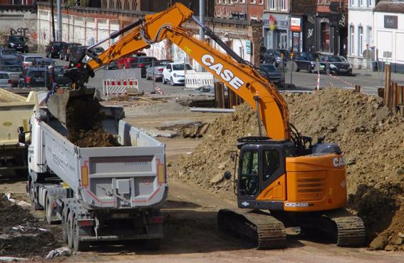 Dernièrement, le distributeur Case pour la Wallonie, la société Dannemark a livré à l'entrepreneur Terrassement Berger basée à Crisnée en région Liègeoise, la nouvelle pelle compacte à court rayon arrière CX 245D-SR de 26 tonnes. Désireuse d'élargir son domaine d'activités, le client recherchait une machine à la fois puissante et très compacte qui serait capable de travailler dans les zones à forte densité comme les centres villes.Pour recommander la nouvelle pelle CX245D SR, Xavier Dannemark n'a pas manqué de souligner les nombreux points forts de la machine : sa capacité à travailler en espaces restreints, mais également son rendement énergétique, sa productivité et ses performances remarquables.  « Le client avait trois critères importants : une grande stabilité, une cabine spacieuse et une console de travail réglable. »  Pour son chantier situé à Flémalle, la pelle CX245D SR était la solution idéale. M. Berger est ravi  « des excellences performances, de la facilité d'utilisation, du faible coût d'exploitation et de la productivité élevée de sa machine ».  Il a particulièrement apprécié le système hydraulique intelligent et la souplesse d'utilisation ainsi que la rapidité, la puissance et le rayon court de la pelle – des caractéristiques essentielles pour le chantier de Flémalle, qui devait être exécuté dans un court délai.   Les excellentes relations qui unissent M. Berger et son concessionnaire Dannemark ne sont pas étrangères à cette réussite :  « J'apprécie particulièrement leur qualité de service irréprochable, ainsi que leur assistance rapide et efficace. Ils me prodiguent également de bons conseils sur le financement et les équipements. »      La CX245DSR sous la loupe