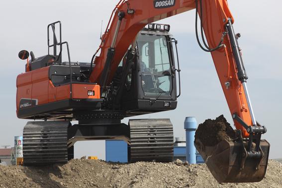 La nouvelle DX160LC-5 HT combine la tourelle de la DX140LC-5 de 14 tonnes avec un châssis inférieur surélevé de la classe des 18 tonnes. Sa garde au sol atteint la hauteur impressionnante de 615 mm au lieu des 410 mm de la DX140LC-5. La DX180LC-5 HT est une version renforcée de la DX180LC-5. Le renforcement de ses structures est complété par un nouveau système de freinage à haute performance. Elle offre, elle aussi, une garde au sol de 615 mm, au lieu des 460 mm de la DX180LC-5.Ces deux machines font partie de la nouvelle gamme de machines LC-5 conformes aux normes antipollution Phase IV. Elles sont entrainées par un moteur Cummins à rampe commune de 81,6 kW / 109 CV (DX160LC-5 HT) et 94,9 kW / 127 CV (DX180LC-5 HT) à 2000 tr/min. En plus elles reçoivent   des nouveaux systèmes et fonctionnalités qui ont été développés pour réduire encore davantage la consommation de carburant. Ainsi, l'opérateur peut contrôler la consommation de carburant en temps réel directement sur l'écran LCD et le moteur s'arrête automatiquement si la machine reste inactive pendant un laps de temps prédéfini. Doosan a également développé un système exclusif appelé SPC (Smart Power Control), qui assure un équilibre optimal entre la puissance développée par les pompes hydrauliques et la puissance fournie par le moteur.   Le refroidissement du moteur est contrôlé par un ventilateur à embrayage électrique qui contribue, lui aussi, à économiser du carburant.     Plus de confort, de maîtrise et coûts d'exploitation réduits
