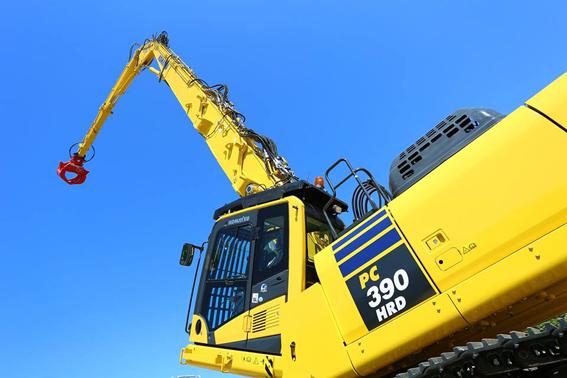 Cette nouvelle pelle PC390HRD-11(High Reach Demolition) de 50 tonnes est le dernier modèle dans la gamme de machines de déconstruction de Komatsu. Elle est peut être configurée en 6 versions. À 26 mètres, elle peut recevoir un outil de démolition de 2,50 tonnes et à 15 mètres un outil de 4 tonnes. Avec cette nouvelle pelle, les opérateurs pourront travailler dans une large gamme d applications en toute sécurité et avec un contrôle total .  Cette machine a été conçue et développée par Komatsu UK dans son usine située près de Newcastle (Angleterre) avec l'aide d'un client. Pour accéder le plus facilement d'un site à l'autre, le constructeur a développé un processus qui permet un transport facile, une méthode de chargement sécurisé et des dimensions compactes sans altérer sa viabilité. Elle reçoit un système d'indication de la gamme de travail (une nouvelle caractéristique importante et avancée). Il permet à l'opérateur d'utiliser la machine à son maximum sans compromettre sa sécurité, même sur 360°. En option, il peut également utiliser la caméra disposée à l'extrémité du bras de la machine. Cette nouvelle pelle est dotée d'un châssis à voie variable ce qui lui confère une plus grande stabilité. Cette configuration optionnelle permet de réduire la largeur de transport à moins de 3 m.   Récemment la PC390HRD-11 s'est vue attribuer un Award de l'innovation par la prestigieuse Fédération Nationale des Entrepreneurs de Démolition (NFDC). En plus, elle a également été présélectionnée pour les prix d'innovation du Syndicat National des Entreprises de Démolition (SNED) en France.       Comme toutes les machines de la nouvelle génération, elle dotée de la dernière version   Komtrax et du programme de maintenance gratuit Komatsu Care®      Caractéristiques et avantages principaux