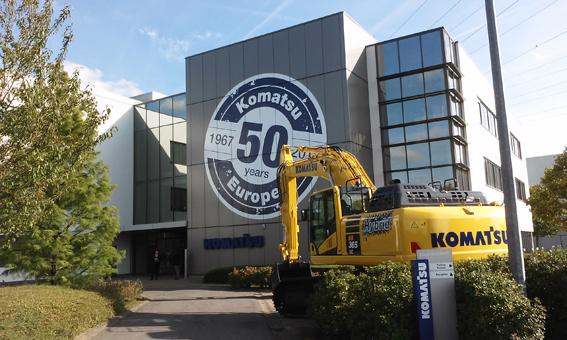 C'est en 1967 que Komatsu, le principal fabriquant japonais de bulldozers,prend pied en Europe et privilégie notre pays pour sa localisation exceptionnelle et du siège de l'Union Européenne mais également pour ses bonnes communications terrestres- autoroutes , rail, ports- et à proximité de l'aéroport de Bruxelles. Le constructeur s'installe d'abord à Anvers et par la suite à Haren ,chaussée de Haecht dans un ancien garage. C'est la première filiale d'outre- mer de Komatsu. Quelques années plus tard en 1973, Komatsu inaugure à Vilvorde un nouveau centre de coordination pour l'Europe et un entrepôt couvert pour pièces détachées pour la région EMEA (Europe, Afrique et Moyen-Orient) . Au cours des années 2005-2006, Komatsu entreprend la construction d'un nouveau complexe de bâtiments qui comprend en autres des bureaux, des salles de réunions et un imposant centre de distribution de pièces d'une superficie de 57.000 m2 où sont stockées pas moins de 7 millions de pièces de rechange, 220.000 pièces différentes et 2.300 Items    !  Pour fêter ses 50 années de présence, Komatsu Europe a convié la semaine passée tous ses distributeurs et fournisseurs de la région EMEA à venir «sabrer le champagne » dans son quartier général européen. Plus de 300 personnes étaient présentes pour fêter cet événement parmi lesquelles, Mr Ohasi, Président & CEO Officer de Komatsu Ltd, Mr Mas Morishita CEO&DG de Komatsu Europe, de l'ambassadeur du Japon et des personnalités politiques régionales.       Un peu d'histoire