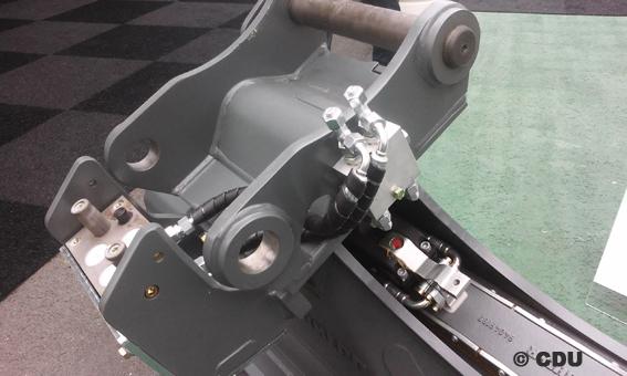C'est pourquoi Liebherr a également investi dans ce domaine pour lancer, en 2001, un système d'attache rapide entièrement automatique : grâce au LIKUFIX, l'opérateur a la possibilité de changer d'outil mécanique ou hydraulique par simple pression sur un bouton sans quitter sa cabine et même de régler les pressions et les débits hydrauliques  .   Aujourd'hui, Liebherr Hydraulikbagger GmbH est l'un des constructeurs le plus innovant de pelles hydrauliques dans le monde  .        © Bull BTP