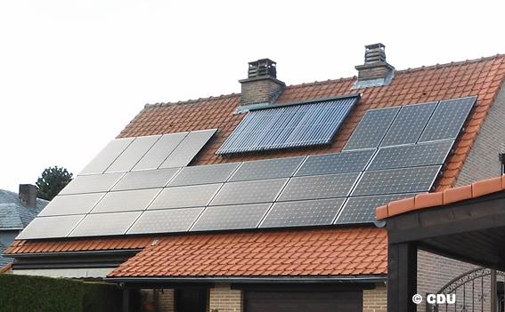 """Ikea Belgique se lance dans la vente de panneaux solaires. Cela prouve à quel point l'énergie solaire est un produit arrivé à maturité, pouvant profiter tant au client qu'au marché du travail local. Sur ce plan, il est important qu'IKEA propose du sur-mesure, à travers un réseau d'installateurs de la région. En effet, le placement d'une installation n'a rien d'un « commodity product"""" standardisé. Il s'agit au contraire d'un service.      Fedelec et la Confédération Construction wallonne lancent un avertissement     D'une même voix, Fedelec (la fédération professionnelle des installateurs-électriciens), la Confédération Construction Wallonne (CCW) et la Renewable Energy Platform (REP) de la Confédération Construction, conseillent aux clients intéressés de demander des offres comparatives auprès de différents installateurs locaux.   En les comparant ils devront être   attentif à la garantie, au service après-vente, aux assurances, à la sécurité ainsi qu'à la personnalisation de l'approche. Pour David Germani, consultant Fedelec et coordinateur de la REP:  « Une installation PV n'est   jamais standard et varie en fonction de la situation spécifique de la toiture. Pour une évaluation précise, un installateur professionnel doit se rendre sur place afin de prendre en compte l'ensemble des facteurs  ». En plus, il importe également que le prestataire offre des   garanties non équivoques pour la protection du consommateur et assume lui-même la responsabilité pour la qualité de l'installation et du travail réalisé. Imposer par contrat cette responsabilité auprès d'un sous-traitant qui ne peut pas prendre de marge est trop facile. Le risque demeure que le sous-traitant n'existe déjà plus l'année suivante. Pour le secteur la taille du géant suédois atteint un large public auprès duquel l'entreprise peut améliorer sensiblement l'acceptation des panneaux solaires et des énergies renouvelables. Pour élargir cette acceptation, il importe qu'IKEA offre une approche personnalisée et"""