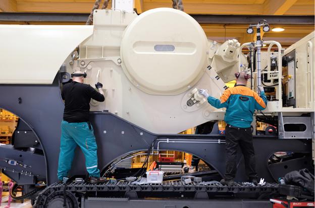 Metso répond à la demande croissante d'installations mobiles de concassage sur chenilles en mettant en service une nouvelle ligne d'assemblage plus rapide à l'usine de Tampere en Finlande. L'assemblage d'un concasseur sur chenilles de 50 tonnes prend maintenant deux jours ouvrables. La ligne de production en série fonctionne en deux équipes ce qui augmente la capacité de production de 25 pour cent. Pour Markku Simula, Président , Business Area Aggregates chez Metso :  «La demande pour les concasseurs mobiles Lokotrack® a augmenté il y a 18 mois. Avec cette nouvelle ligne d'assemblage nous répondons aux besoins croissants des clients » . Le premier modèle Lokotrack est sorti de la nouvelle ligne d'assemblage au cours de la deuxième semaine de janvier. Sur la base du plan actuel, la chaîne de montage produira environ 200 unités avant l'été. La nouvelle ligne d'assemblage à grande vitesse comporte six lignes d'assemblage au lieu de cinq précédemment. Actuellement, elle est utilisée pour assembler les modèles de broyeurs les plus populaires  .© Bull BTP
