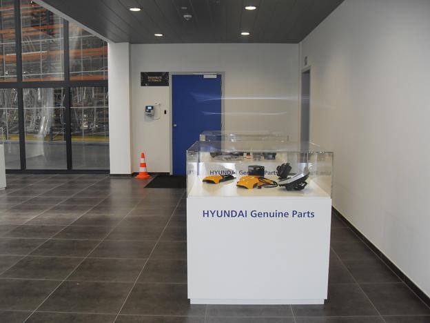 HCEE c'est 30 millions € d'investissement, 104 employés dont 85 à Tessenderlo, 10 à Zwijndrecht, 9 en France, en Allemagne et en Grande-Bretagne. C'est aussi un entrepôt pour pièces de rechange de 13.000 m2 avec 80.000 pièces référenciées d'une valeur en stock de 16 millions€ de quoi rassurer les utilisateurs. Pour 2025 le site de Tessenderlo prévoit une capacité de stockage de 125.000 pièces et s'il le faut un agrandissement de l'aire de stockage de 4000m2.      Bon à savoir :     Chaque semaine deux   vols alimentent le dépôt des pièces de rechange et chaque mois c'est pas moins de 12 conteneurs de 40 pieds qui arrivent par bateau pour  « restocker » l'entrepôt afin de garantir des niveaux élevés de disponibilités et de rapidité de livraison. En cause plus de 300 commandes journalières de pièces à expédier aux clients européens. Ceci explique cela !  ©  Photos  ©  Bull BTP