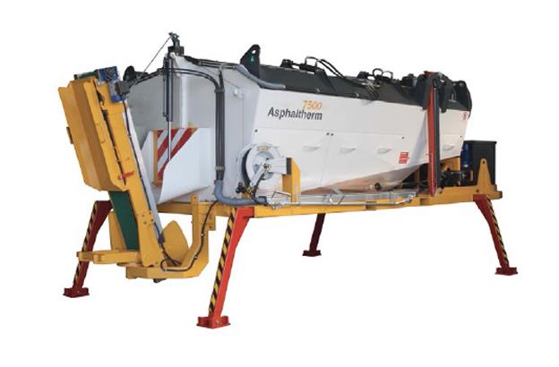 Fabriqué par MSTEC ce conteneur sera présenté sur le stand du distributeur français RDS France. Ce conteneur   maintient la température optimale de l'enrobé pendant pendant 36 heures dans la benne calorifugée. Il est pourvu d'un système de brûleur ( mazout) qui contrôle la température dans l'intérieur de la benne. Parfaitement autonome, il n'a pas besoin d'être raccordé à une source extérieure (hydraulique, électrique). Il est utilisable avec n'importe quel moyen de transport (camion, remorque…). Comparé aux brûleurs à gaz qui nécessitent la manutention et le stockage des bonbonnes de gaz sur chantier il ne présente aucun danger.   Il est parfaitement adapté aux travaux de remise en état de chaussée.     Les conditions de pose se trouvent également améliorées grâce à la température qui reste optimale (180°C).   Le dosage est uniquement assuré par l'ouverture de la trappe de vidange, commandée à distance par une radiocommande ou directement via le pupitre de commande. L'Asphaltherm ne dispose pas de vis d'Archimède dans la cuve, seule la gravité permet à l'enrobé de s'écouler.   © Bull BTP
