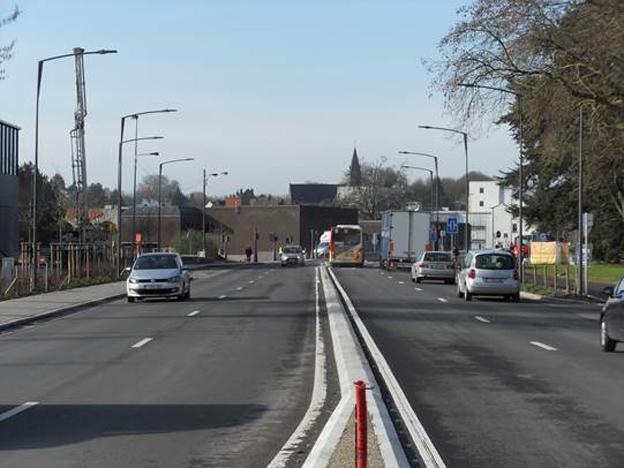 Le chantier de sécurisation et de réhabilitation du boulevard de Marvis (R52), entamé en août dernier, touche à sa fin. Les dernières opérations de pose de couches finales de revêtement et de marquage qui devaient être réalisées à la sortie de l'hiver ont été effectuées, permettant la libération totale du Boulevard de Marvis début du mois d'avril, et dès aujourd'hui, celle de la Rue de la Lys. La SOFICO, son partenaire technique la DGO1 du SPW, ainsi que la Ville de Tournai et le shopping « Les Bastions », se réjouissent de la réouverture de ces voiries réhabilitées dans les délais annoncés. (  Nous en avons parlé sur notre site le 22 mars dernier).  Pour rappel   ce chantier visait   à:     réhabiliter la chaussée :    Du Boulevard Walter de Marvis (R52): depuis le giratoire de la Dorcas         (non inclus), jusqu'au Boulevard des Combattants, d'une partie du Boulevard des Combattants (R52) : entre le carrefour avec la Chaussée de Bruxelles (N7) et la Rue d'Amour, ainsi qu'une partie de la Chaussée de Bruxelles (N7) : depuis le carrefour avec le R52, jusqu'après le carrefour avec la Rue de la Paix et la Rue des Bastions.   Aménager des carrefours à feux   à la porte de Marvis (intersection de la Chaussée de Bruxelles (N7) et du R52) et à l'intersection formée par la Rue d'Amour et l'Allée des Groseillers, avec le Boulevard des Combattants et enfin   créer une piste cyclable   bidirectionnelle le long du Boulevard de Marvis (côté parc) .Ce chantier représente un coût total d'environ 3.750.000 € (htva) financé par le maître d'ouvrage la Sofico.      © Bull BTP avec le concours de la SOFICO