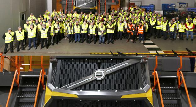 Volvo Construction Equipment a dévoilé sa nouvelle gamme de tombereaux rigides de marque Volvo aux clients et concessionnaires de son usine de Motherwell en Écosse en présence des concessionnaires et de clients. .Cette nouvelle gamme est composée des modèles R45D de 45 tonnes, du R60D de 60 tonnes, du R70D de 72 tonnes et du R100E de 95 tonnes. Parmi ceux-ci son modèle phare le tout nouveau R100E, qui combine une connaissance du marché et des clients. Il intègre des composants robustes, des nouvelles technologies et un nouveau design. La nouvelle gamme de quatre modèles est également disponible sur des marchés moins réglementés.L'objectif étant d'aider les clients à atteindre leurs objectifs de production plus rapidement et de réduire la consommation de carburant, les nouveaux tombereaux rigides Volvo sont conçus pour les applications d'exploitation des mines et des carrières. La disponibilité et la productivité sont centrées sur la conception durable de la gamme qui favorise une protection élevée des composants et des cycles de vie plus longs. Efficaces et intelligents, ces tombereaux bénéficient d'un rapport puissance / poids compétitif, d'une transmission efficace et d'une distribution de poids qui donne l'effort de traction nécessaire pour permettre aux machines de traverser des pentes raides en contrôle total. «Le R100E présente une conception impressionnante qui offre un bon équilibre entre productivité, économie de carburant, confort, facilité d'entretien et sécurité»,  explique Sagrys De Villiers, responsable du site de la mine de charbon de Manungu. « En plus, le R100E est capable de transporter un benne supplémentaire par rapport aux autres camions 100t utilisés sur le site », a déclaré Danie van Niekerk, responsable de l'atelier. Et d'ajouter  : «Cela signifie une productivité supplémentaire pour la mine, ce qui est très précieux pour nous ».   Le R100E est un camion entièrement nouveau qui offre stabilité, longue durée de vie, rentabilité élevée, durabil
